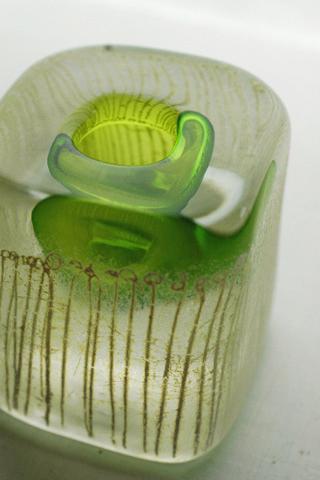 特殊な方法でつや消しにしたガラスの本体に柔らかい光を封じ込めます。