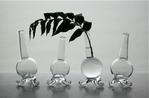三つ足の花器は「ジュエリーフィッシュ」シリーズの一輪挿し。