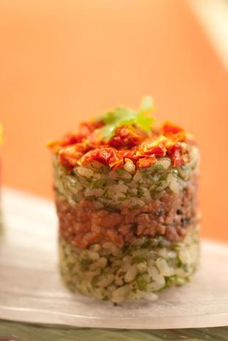パクチーを混ぜ込んだジャスミンライスにタイ料理の定番、豚肉のバジル炒めをサンドして、