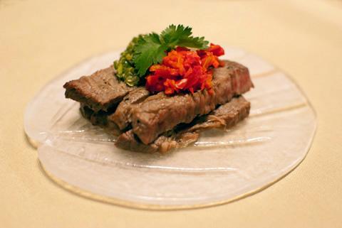 牛肉ステーキ、フレッシュ唐辛子ソース 牛肉のステーキの上にタイの激辛唐辛子とニンニク、ライム汁、椰子砂糖で作ったソースを添えて。