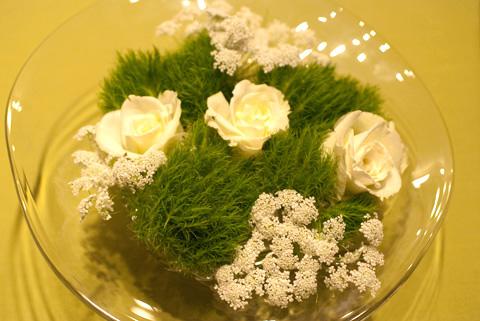 白い薔薇にレースフラワー、てまり草を浮かべて…