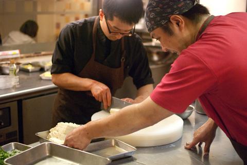田村シェフと川田さん。準備に余念がありません。