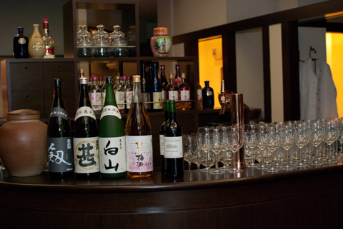 フリードリンクのカウンター。他にも、ビール、紹興酒、赤白ワインなど、飲んでも飲んでもなくならないはず!!