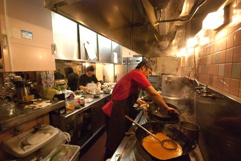 厨房は大忙し。早く次のお料理をお出ししなくては!