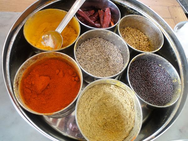 食器やインテリアもインド製のものが多くあり、見ているだけで楽しいです♪