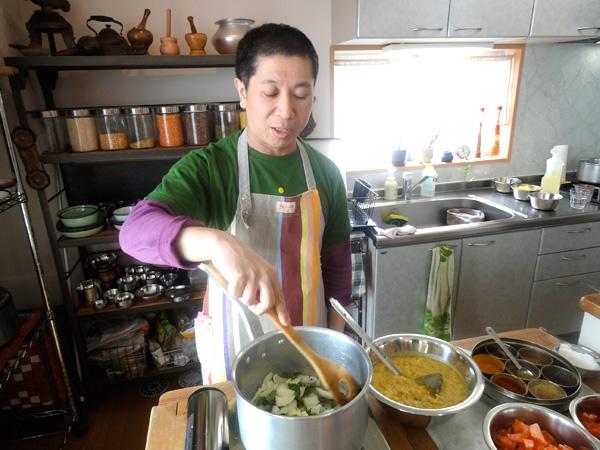 この日のレッスンは、先生がお料理する様子を見ながら学ぶスタイルでした。