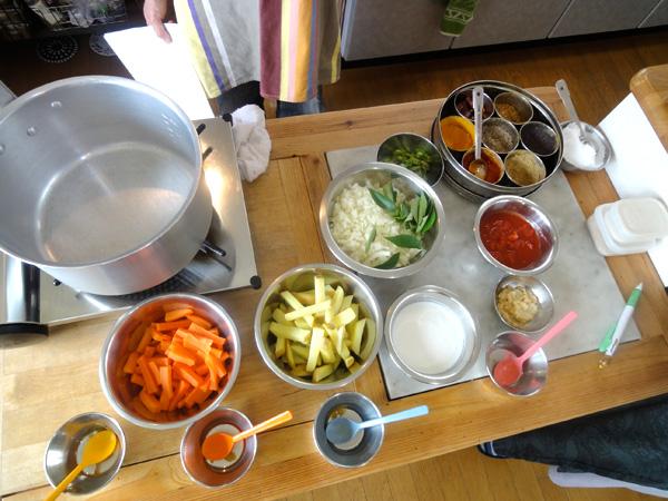 「南インド風ジャガイモとニンジンのマサラ」の材料。