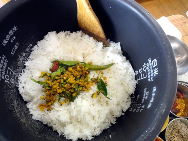 香ばしく炒めたスパイス、塩、レモン汁を和えていきます。