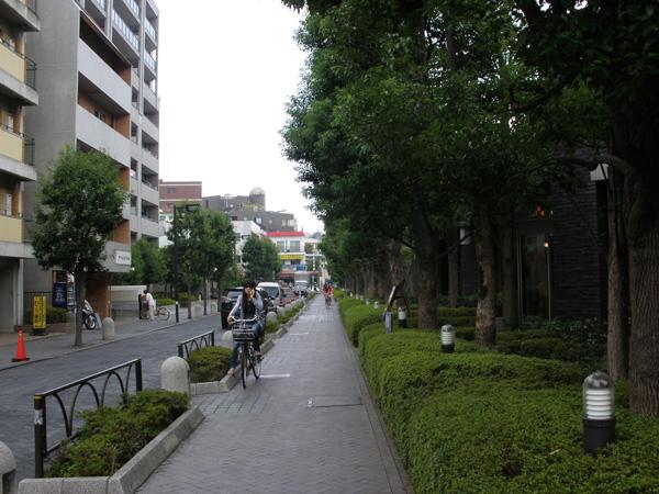 ちょっと歩くとすっかり住宅街。緑も多く、キレイな町並みが素敵です。