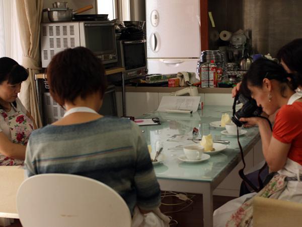お待ちかねの試食タイム。先生の綺麗なお菓子を忘れないよう、カメラで撮影される方も。