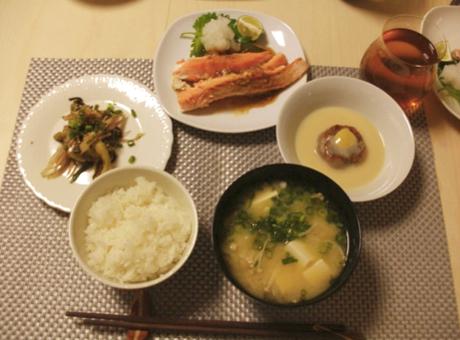 とろサーモンの片身焼き 醤油麹だれ もっちり蓮根餅の白味噌仕立て 秋茄子と香味野菜のサラダ