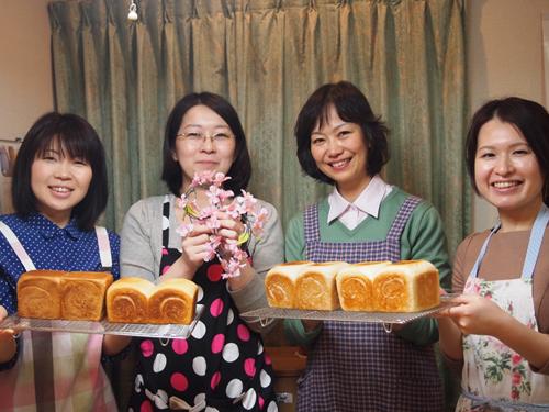 みんなでパンの出来上がりをハイポーズ。