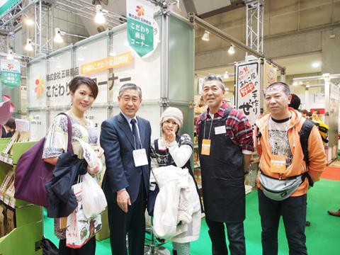 (株)五味商店 代表取締役社長 寺谷健治さんとご来場いただいたマイスターと記念撮影。
