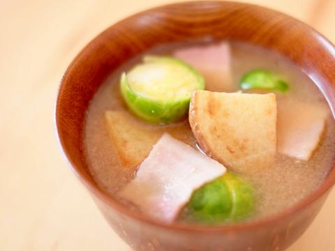 赤味噌のお味噌汁 春の芽キャベツを揚げジャガと上品なおだしで味わう