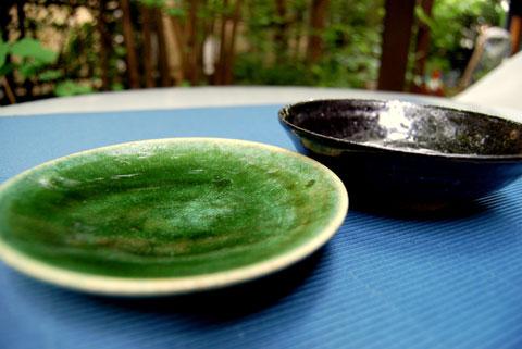 グリーンの丸皿・黒の丸皿